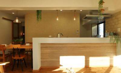 家中に「好き」が溢れる、ボタニカルな住まい (カウンターキッチン)