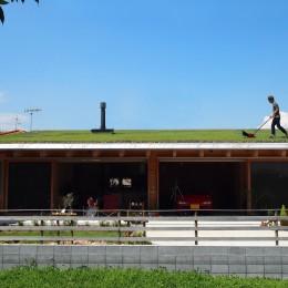 土間リビングで愛車と暮らす家|BEAT HOUSE (芝屋根は楽しい!)
