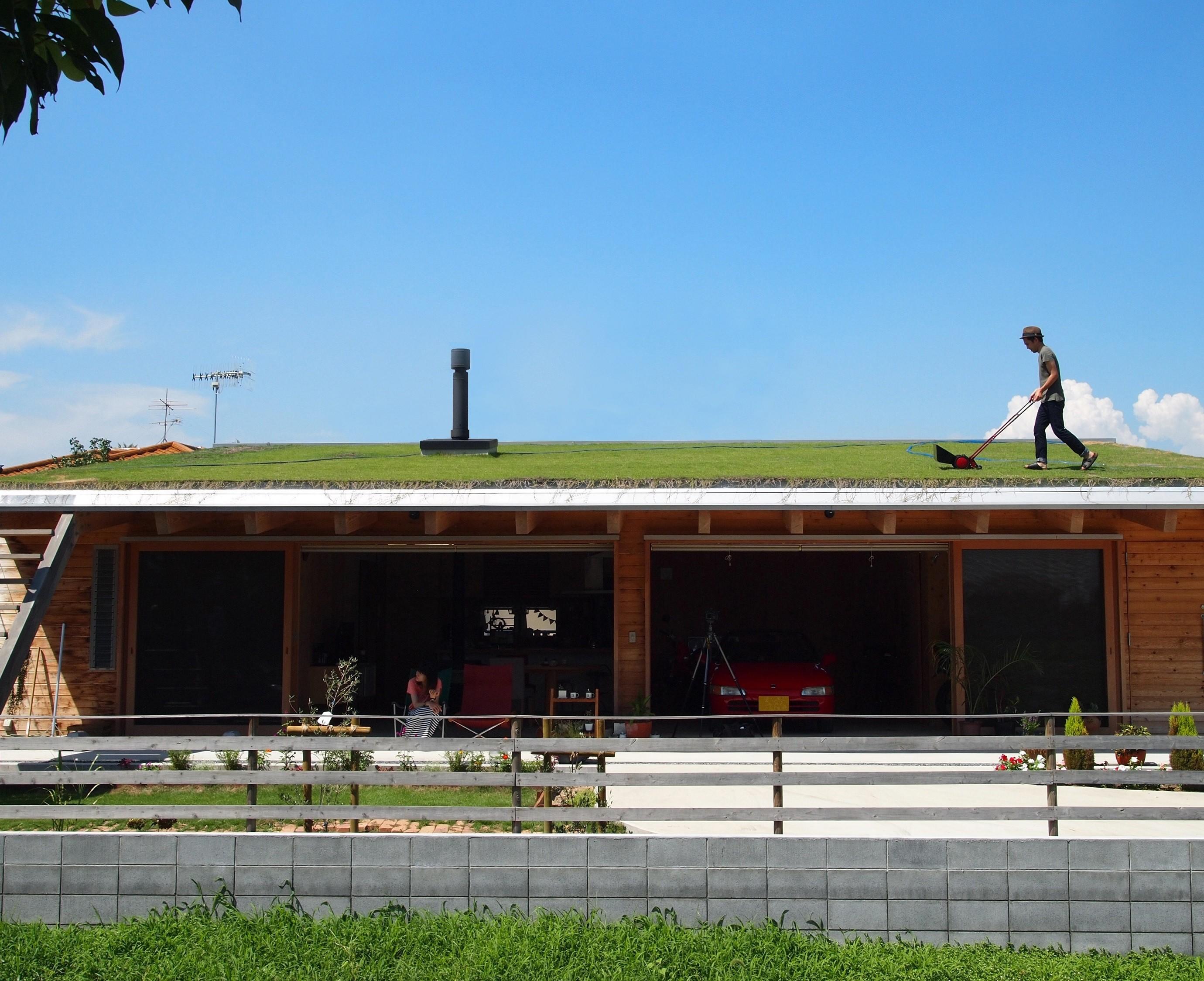 アウトドア事例:芝屋根は楽しい!(土間リビングで愛車と暮らす家 BEAT HOUSE)