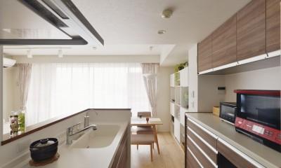 W邸_収納上手な工夫と家族の笑顔 (キッチン)