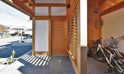 一宮の石場建て (玄関の木製建具と目隠し格子)