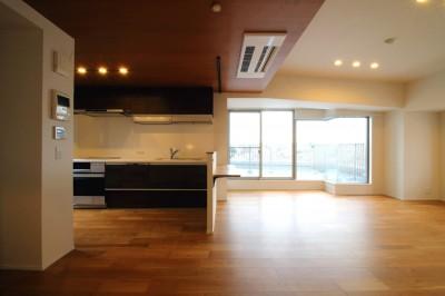 キッチン (木目調のアクセントクロスが開放感あるLDKに映える)