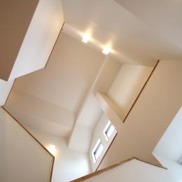 木目調のアクセントクロスが開放感あるLDKに映える (階段)