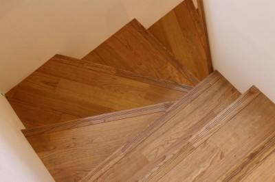 階段 (木目調のアクセントクロスが開放感あるLDKに映える)