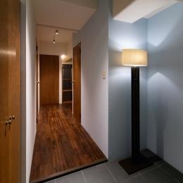 Doux パリのおしゃれなアパルトマンをイメージした ワンルーム空間リノベ (玄関)
