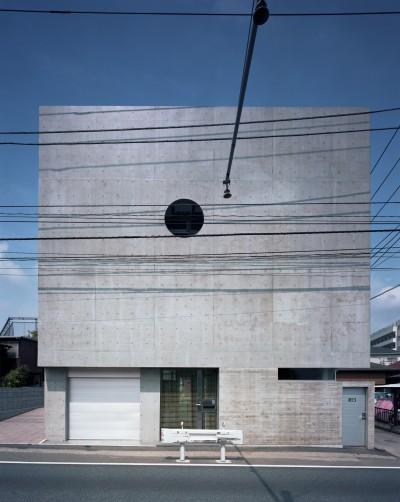 外観 (【大通りに建つ家】  騒音振動からすこやかな生活を守る砦)