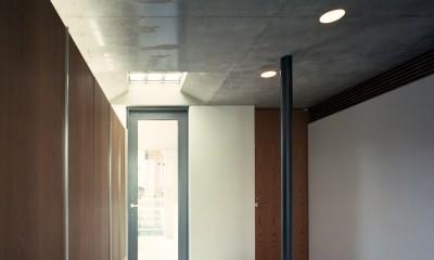 【大通りに建つ家】  騒音振動からすこやかな生活を守る砦 (玄関)