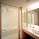 【大通りに建つ家】  騒音振動からすこやかな生活を守る砦の写真 浴室・洗面