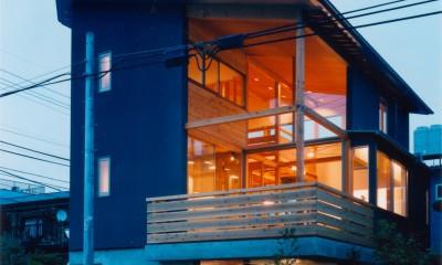 【川口の家】  柱と梁の立体格子がつくる巨大なワンルーム (外観(夕景))