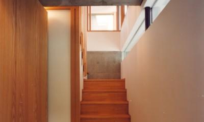 【川口の家】  柱と梁の立体格子がつくる巨大なワンルーム (階段)