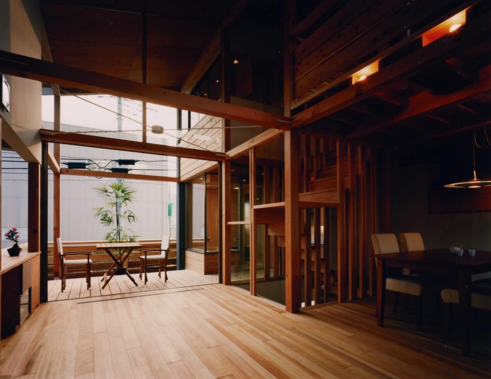 【川口の家】  柱と梁の立体格子がつくる巨大なワンルーム (リビングダイニング)