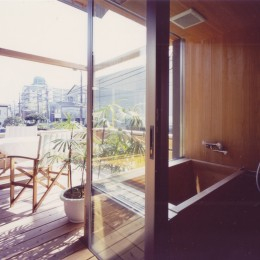 【川口の家】  柱と梁の立体格子がつくる巨大なワンルーム (浴室・洗面)
