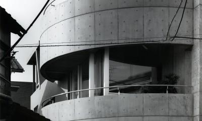 【T字路に建つ家】  外へと膨らみ内を包み込む曲面の壁 (外観)