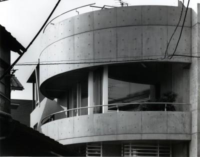 外観 (【T字路に建つ家】  外へと膨らみ内を包み込む曲面の壁)