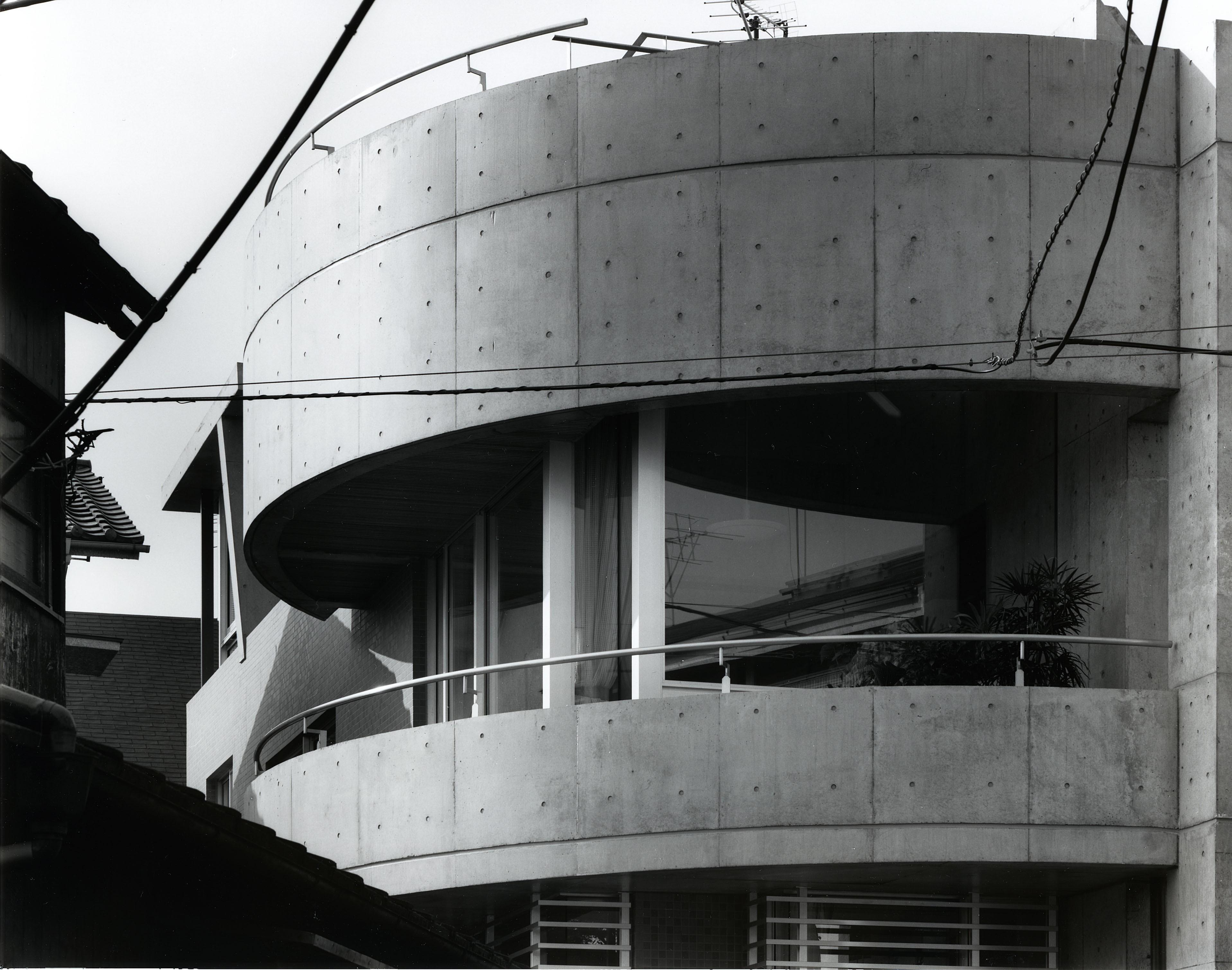 外観事例:外観(【T字路に建つ家】  外へと膨らみ内を包み込む曲面の壁)