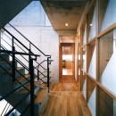 【T字路に建つ家】  外へと膨らみ内を包み込む曲面の壁の写真 廊下