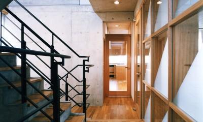 【T字路に建つ家】  外へと膨らみ内を包み込む曲面の壁 (廊下)