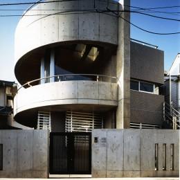 【T字路に建つ家】  外へと膨らみ内を包み込む曲面の壁