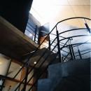 【T字路に建つ家】  外へと膨らみ内を包み込む曲面の壁の写真 階段