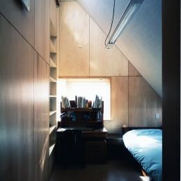 【T字路に建つ家】  外へと膨らみ内を包み込む曲面の壁 (子供部屋)