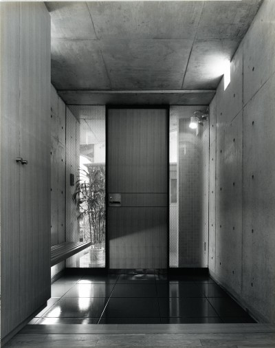 玄関 (【T字路に建つ家】  外へと膨らみ内を包み込む曲面の壁)