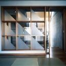【T字路に建つ家】  外へと膨らみ内を包み込む曲面の壁の写真 和室