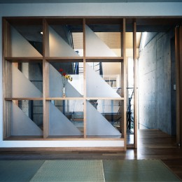 【T字路に建つ家】  外へと膨らみ内を包み込む曲面の壁 (和室)