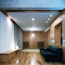 【T字路に建つ家】  外へと膨らみ内を包み込む曲面の壁の写真 リビングダイニング