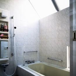 【T字路に建つ家】  外へと膨らみ内を包み込む曲面の壁 (浴室)