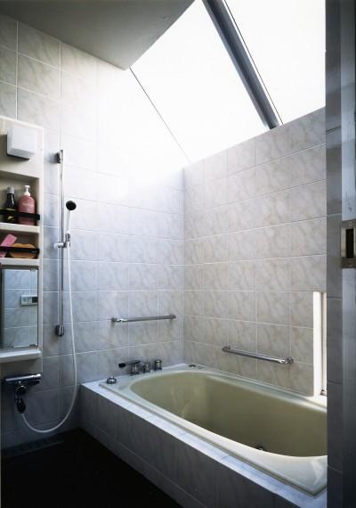 浴室 (【T字路に建つ家】  外へと膨らみ内を包み込む曲面の壁)
