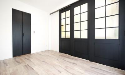 レトロなチェッカーガラスの扉 (引き戸の洋室)