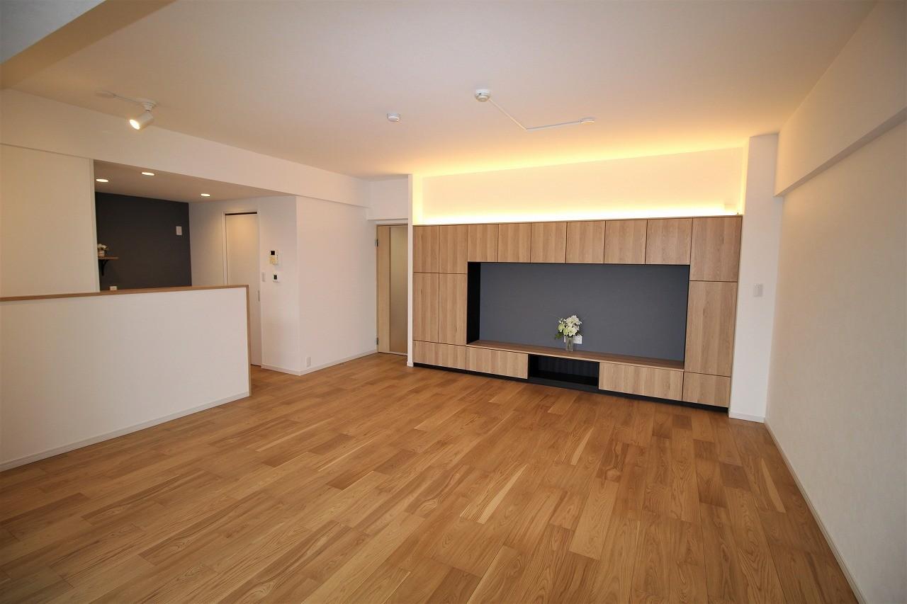 リビングダイニング事例:テレビボードと収納を兼ねた壁面(気に入った環境から引越したくないから、リフォームして住み続ける)