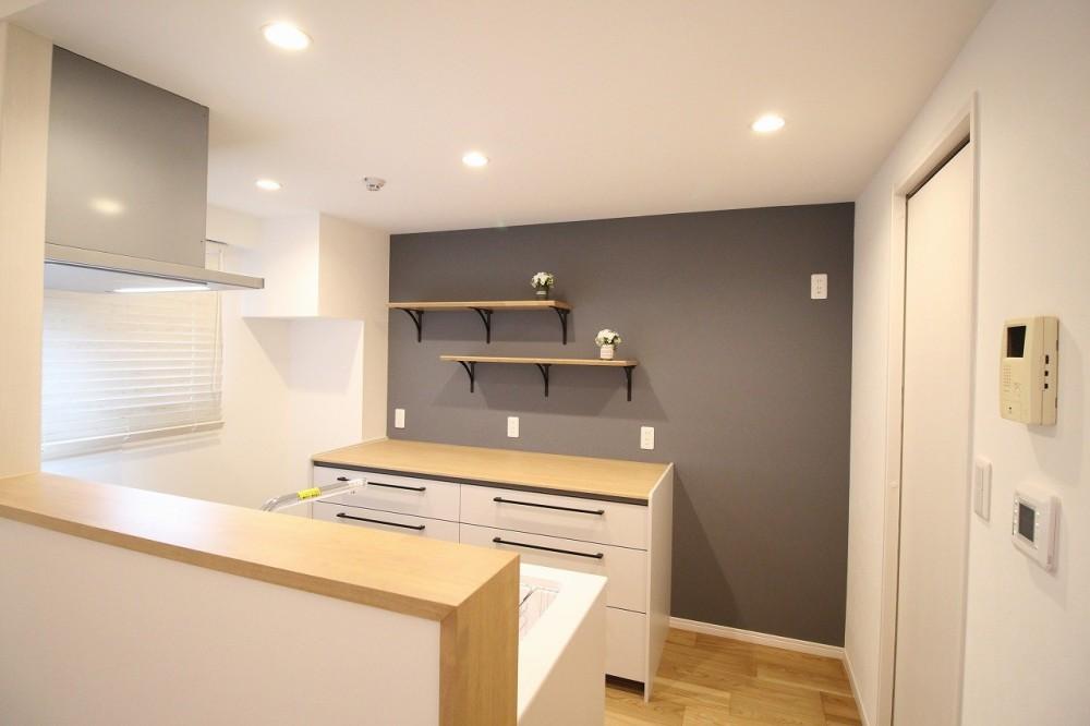 気に入った環境から引越したくないから、リフォームして住み続ける (キッチンの飾り棚)