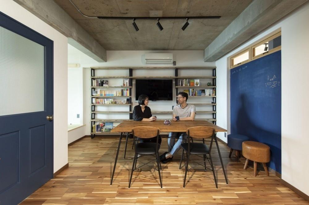 """コミュニティスペース""""MÜCHA""""-「学ぶ・語る」に開かれた家 (リビングダイニング)"""
