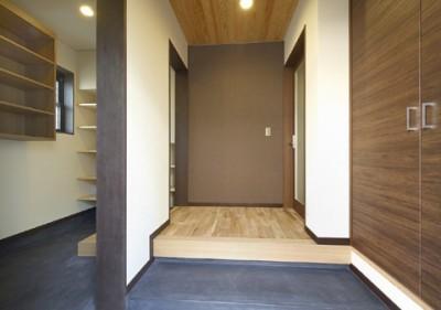 玄関とシューズクローク (高倉通りの家#1つ1つの部屋にこだわった家)