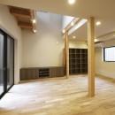 高倉通りの家#1つ1つの部屋にこだわった家の写真 キッチンからリビングダイニングを見渡す