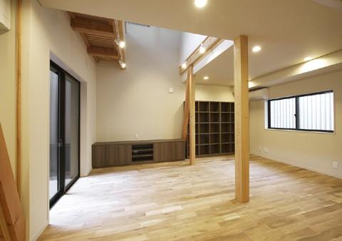高倉通りの家#1つ1つの部屋にこだわった家 (キッチンからリビングダイニングを見渡す)
