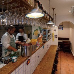 狭小地に建つイタリアンレストラン (客席カウンター)