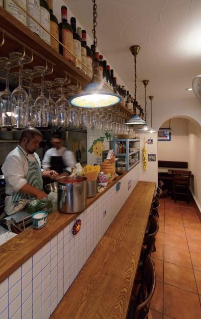 客席カウンター (狭小地に建つイタリアンレストラン)