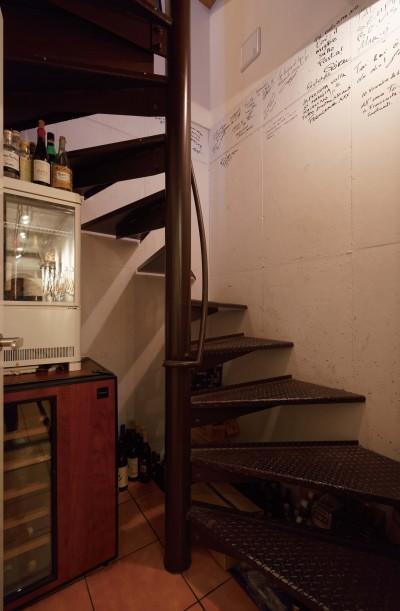 地下に降りる螺旋階段 (狭小地に建つイタリアンレストラン)