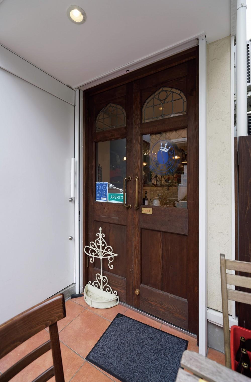 狭小地に建つイタリアンレストラン (レストラン入り口ドア)