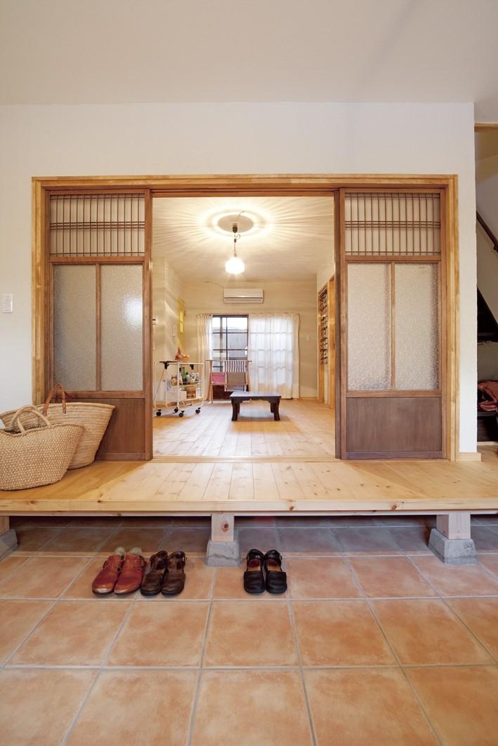 大阪府Yさん邸:古い建具やアンティークを生かし、スローな暮らしの似合う家に (縁側のような懐かし雰囲気の玄関)