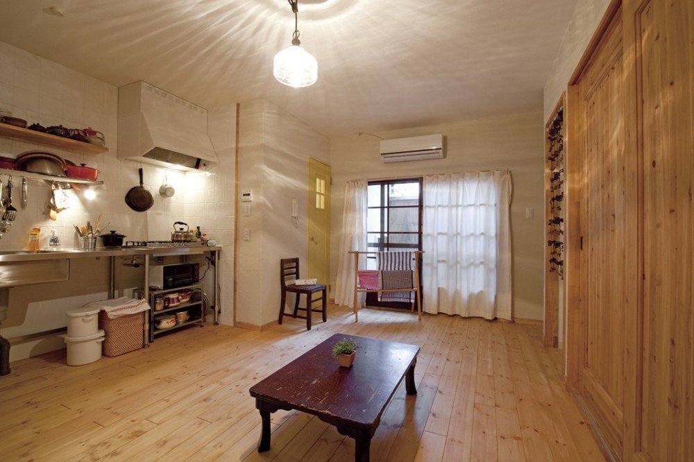 大阪府Yさん邸:古い建具やアンティークを生かし、スローな暮らしの似合う家に (和室と廊下、通り土間をワンルームにした広がりのあるLDK)