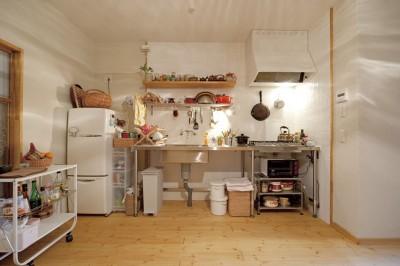 お気に入りを飾りながら収納できるオーダーメイドキッチン (大阪府Yさん邸:古い建具やアンティークを生かし、スローな暮らしの似合う家に)