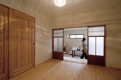 無垢の床がやさしいLDK (大阪府Yさん邸:古い建具やアンティークを生かし、スローな暮らしの似合う家に)
