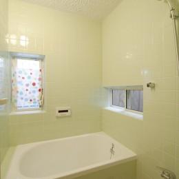 大阪府Yさん邸:古い建具やアンティークを生かし、スローな暮らしの似合う家に (タイル貼りのお風呂)
