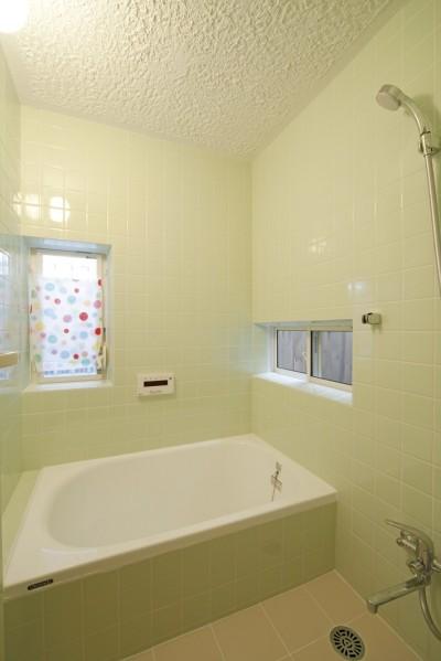 タイル貼りのお風呂 (大阪府Yさん邸:古い建具やアンティークを生かし、スローな暮らしの似合う家に)
