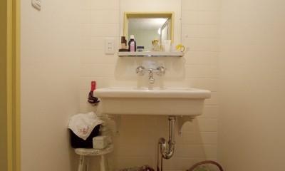 大阪府Yさん邸:古い建具やアンティークを生かし、スローな暮らしの似合う家に (陶器の洗面ボウルを壁づけにした洗面室)