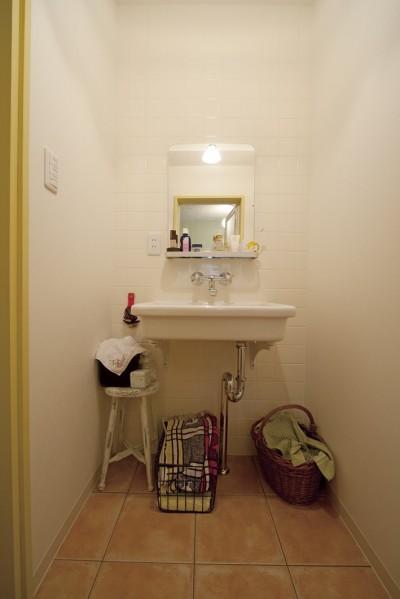 陶器の洗面ボウルを壁づけにした洗面室 (大阪府Yさん邸:古い建具やアンティークを生かし、スローな暮らしの似合う家に)