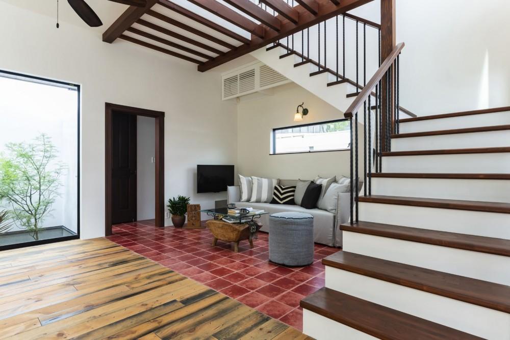 スパイスが薫る家 (テラコッタタイルの床が印象的なリビングスペース)